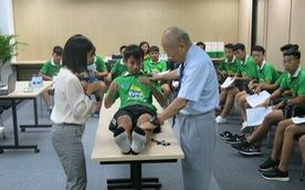 Hướng dẫn trị liệu chấn thương tại Học viện bóng đá NutiFood JMG
