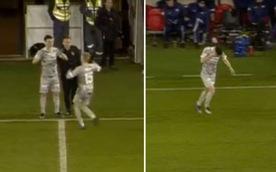 Video cầu thủ bị đồng đội chọc vào mắt khi thay người
