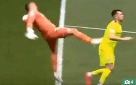 Video thủ môn 'đá nguội' đối thủ và cái kết đắng