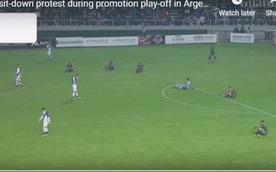 Video cầu thủ 'ngồi lì trên sân' phản đối trọng tài ở Argentina