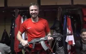 'Cầu thủ xuất sắc nhất trận đấu' hết hồn nhận phần thưởng là súng AK-47