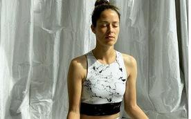 Cựu hoa hậu quần vợt kêu gọi mọi người tránh COVID-19 bằng cách ở nhà... ngồi thiền