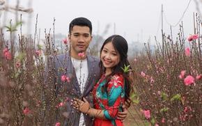 Thiếu nữ diện áo dài khoe sắc bên hoa đào đón tết Hà Nội