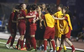 Từ Nhật, Thủ tướng điện thoại chúc mừng hai đội bóng nam, nữ