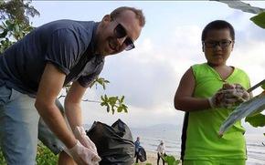 Người nước ngoài dọn rác trên bãi biển, 50 bà con xắn tay vô phụ