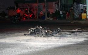 Đụng xe, xách dao dí không kịp, quay lại đốt xe máy thiếu niên 16 tuổi