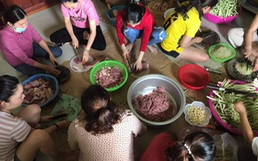 Phụ nữ vùng lũ Quảng Trị kho cá khô, làm muối ruốc gửi Bắc Giang