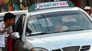 """Thâm nhập đường dây taxi dù """"chặt chém"""" khách"""