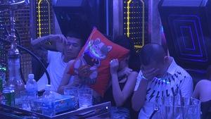 Nhiều nam nữ đang phê ma túy trong phòng karaoke