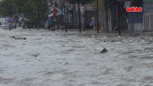 Mưa lớn, trường học, quốc lộ ngập lênh láng