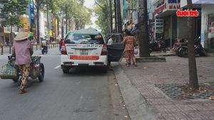 Tài xế taxi Vinasun dán khẩu hiệu yêu cầu Uber và Grab chấp hành pháp luật