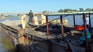 Bắt 2 tàu vỏ sắt hút cát trái phép trên sông Thu Bồn