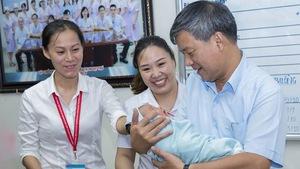 Hơn 10 người đến nhận nuôi em bé bị bỏ rơi tại Viện Huyết học