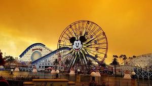 Cháy rừng khiến trời công viên Disneyland như trong phim ma