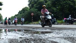 Ổ voi, ổ gà, đá dăm vây kín đường gom đại lộ Thăng Long
