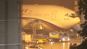 Nhận diện chuyên cơ Nga đáp xuống Đà Nẵng trong đêm mưa