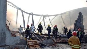 Sập tường nhà đang cháy, một lính cứu hỏa hi sinh