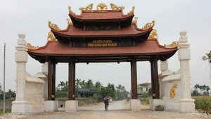 Một xã ở Nghệ An xây cổng làng bằng gỗ quý hơn 4 tỉ đồng