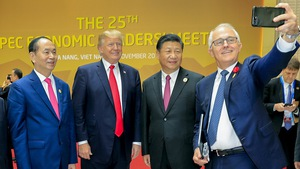 Các lãnh đạo APEC không mặc áo truyền thống APEC chụp ảnh