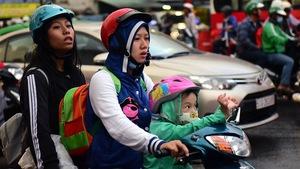 Người Sài Gòn mệt mỏi trở về trong kẹt xe, mưa lớn