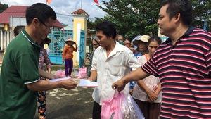 Hàng cứu trợ báo Tuổi Trẻ tới vùng lũ Phước Sơn