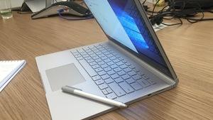 Phụ huynh chịu mua máy chiếu, cô giáo than không có laptop?
