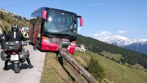Du khách 65 tuổi ngăn xe buýt lao xuống vực