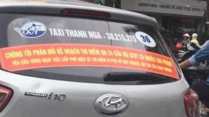 Hà Nội yêu cầu gỡ các biểu ngữ trên taxi