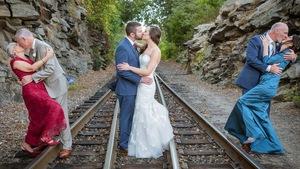 Hai thế hệ tình yêu trong bức ảnh cưới gây sốt mạng xã hội