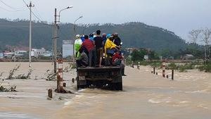 Lũ lại cắt đường tại Bình Định, gần 17.000 học sinh nghỉ học