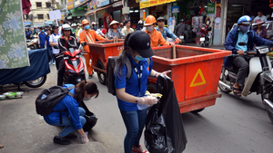 Sinh viên tham gia dọn rác trong sự kiện 'Sạch hơn nhé Sài Gòn'