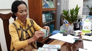 Bà Tuyết nhận 200 triệu đầu tiên sau 6 năm trúng số