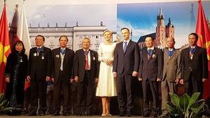 Tổng thống Ba Lan trao Huân chương công trạng cho dịch giả Việt