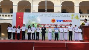 Vietbank trao tặng 30 suất học bổng cho học sinh trường THPT chuyên Lê Hồng Phong –  TP.HCM