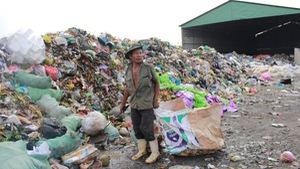 """Bô rác """"khổng lồ"""" giữa khu dân cư"""