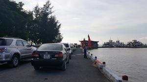 Bến phà tại Cát Hải quá tải sau khi thông cầu vượt biển