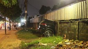 Xe 7 chỗ mất lái tông thủng tường, chui vào công ty