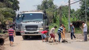Mang bảng hiệu phở - bún bò cản xe ben chở cát từ mỏ đá Tân Cang