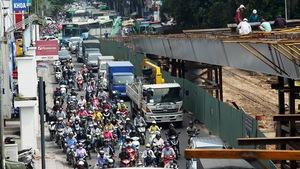Xe cộ lại kẹt cứng ở vòng xoay Nguyễn Kiệm - Nguyễn Thái Sơn