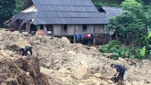 Cận cảnh hiện trường lở đất ở Hòa Bình, 18 người bị vùi lấp
