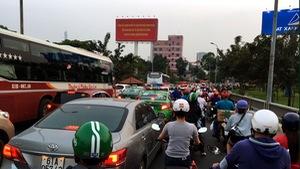Kẹt nối xe dài, người dân đi bộ cho kịp vào bến xe Miền Đông
