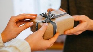 Tết, xin đừng lấy quà cáp mà đo lòng thầy!