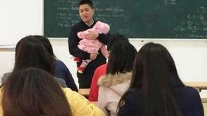 Cảm động thầy giáo bế con suốt 2 giờ cho nữ sinh viên làm bài thi