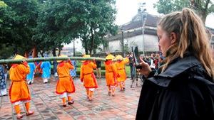 Thích thú với lễ dựng nêu đón Tết trong Hoàng cung Huế