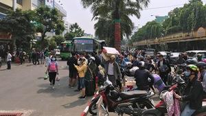 Hà Nội, Sài Gòn: Chen nhau mua vé xe về quê