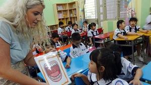 Tiếp tục đào tạo giáo viên dạy Toán, Khoa học bằng tiếng Anh