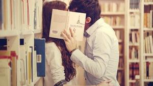 Sinh viên nên yêu hay cứ cắm đầu vào học?
