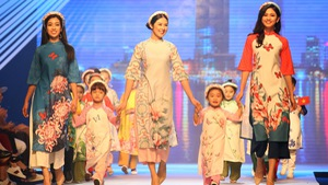 Ngọc Hân thiết kế, cùng Đỗ Mỹ Linh trình diễn thời trang trẻ em