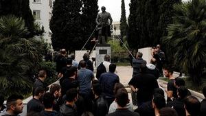 Máu rơi khi người biểu tình Hi Lạp kéo đổ tượng tổng thống Mỹ