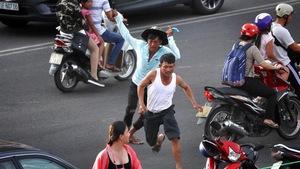 Nhân viên bãi giữ xe rượt đánh du khách